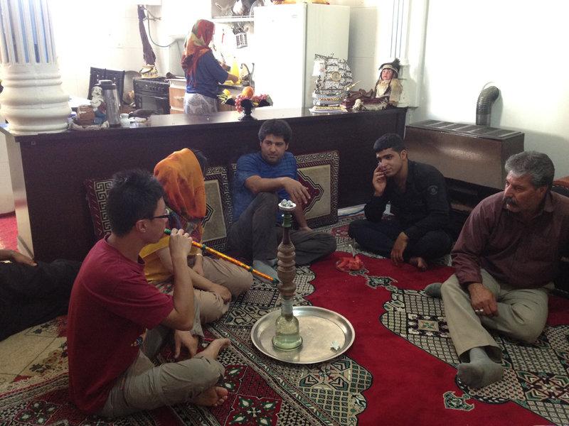 伊朗人家里做客。